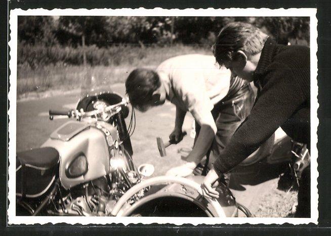 Fotografie Motorrad BMW mit Seitenwagen, Fahrer mit Hammer bei Reparatur nach Panne des Gespann's