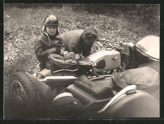Fotografie Motorrad Zündapp mit Seitenwagen, Fahrer repariert Gespann nach Panne, Knabe mit Helm neben Krad