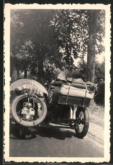 Fotografie Motorrad mit Seitenwagen, Gespann voll beladen bei Urlaubsfahrt, Krad-Kennz. BS34-385
