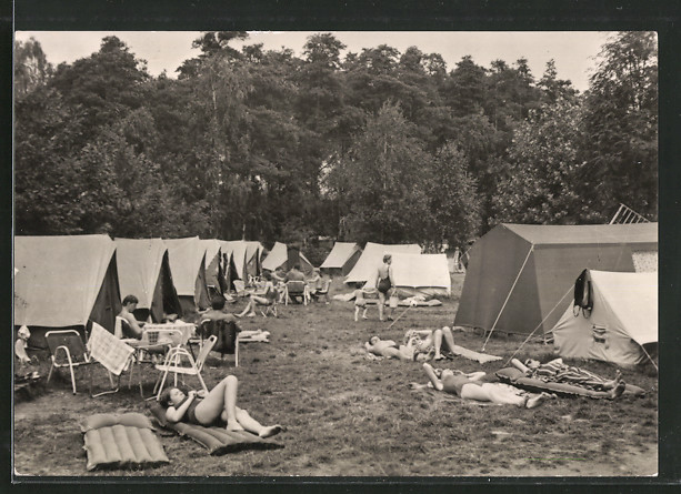 AK Deutschbaselitz, Zeltplatz am Waldbad, Leute sitzen und liegen vor ihren Zelten