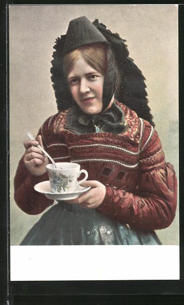 AK Bauernhochzeit, Frau mit Tasse und Untertasse in Tracht