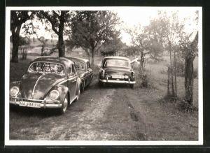 Fotografie Auto VW Käfer, Volkswagen Typ 1, Mercedes Benz Limousine, PKW's auf Feldweg