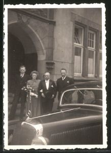 Fotografie Auto Mercedes Benz, Hochzeitspaar mit Limousine vor Standesamt