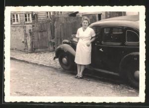 Fotografie Auto Wanderer, Frau im weissen Kleid lehnt am PKW mit Faltdach
