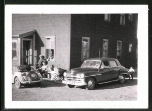 Fotografie Auto, Limousine US-Car & Geländewagen, PKW's vor Gebäude parkend