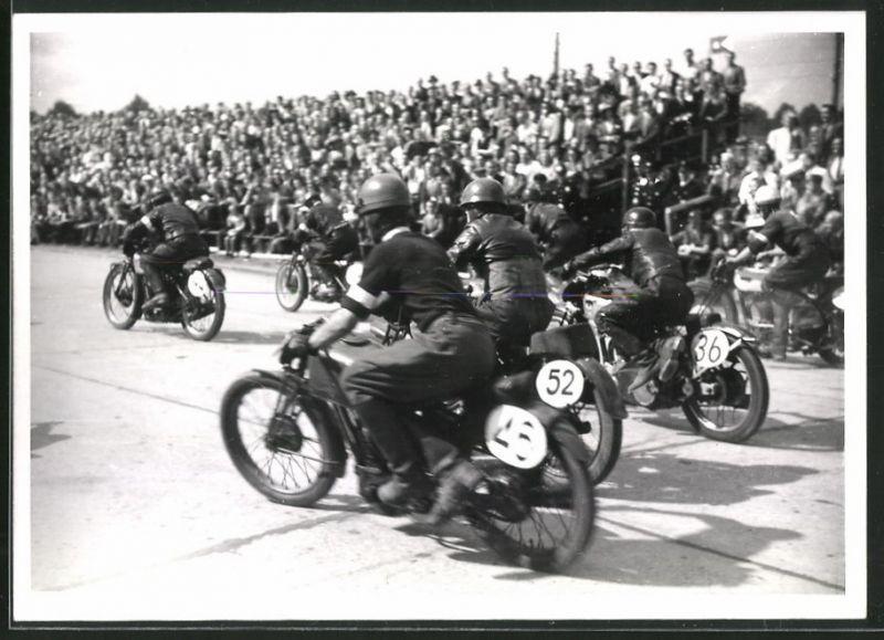 Fotografie Rennmotorräder beim Start des Hamburger Stadtpark-Rennen