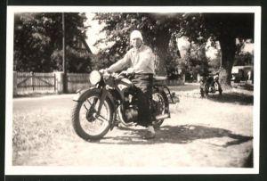 Fotografie Motorrad Zündapp, Fahrer mit Haube auf Krad sitzend