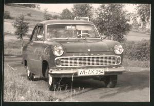 Fotografie Auto Ford Taunus, PKW auf einer Landstrasse