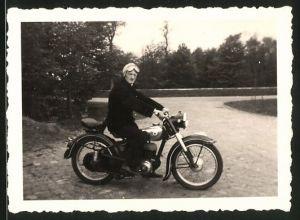 Fotografie Motorrad Rex, Fahrer mit Schutzbrille sitzt auf Krad