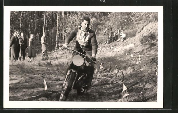 Foto-AK Moto-Cross, Motorrad beim Gelände-Rennen, Fahrer mit Startnummer 51