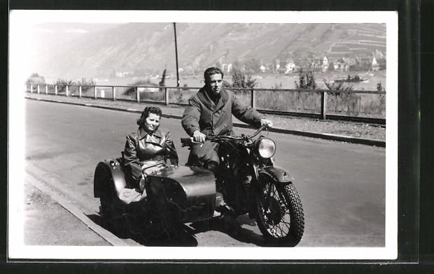 Foto-AK Motorrad Zündapp KS, Krad mit Seitenwagen, Paar bei einer Ausfahrt