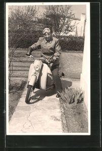Foto-AK Motorrad, Fahrer mit Schutzbrille auf Moped, LKrad