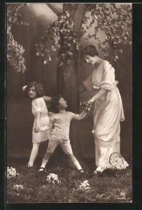Foto-AK RPH Nr. 4655/4: Mutter mit ihren Töchtern unter Baum stehend