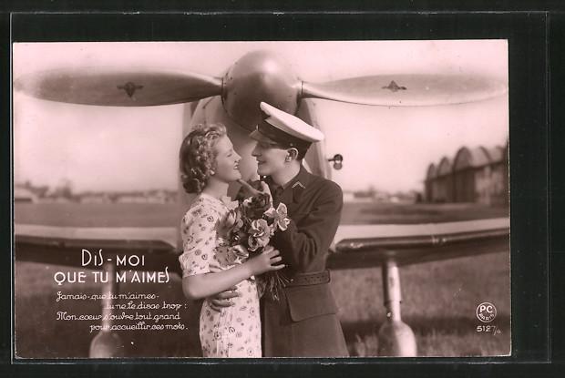 AK Pilot mit seiner Verlobten vor seinem Flugzeug