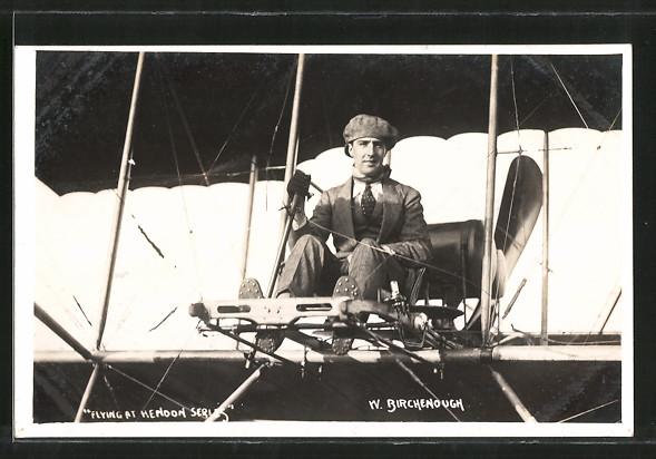 AK Pilot W. Birchenough in seinem Doppeldecker-Flugzeug