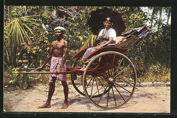 AK Frau mit Schirm lässt sich in einer Rikscha chauffieren