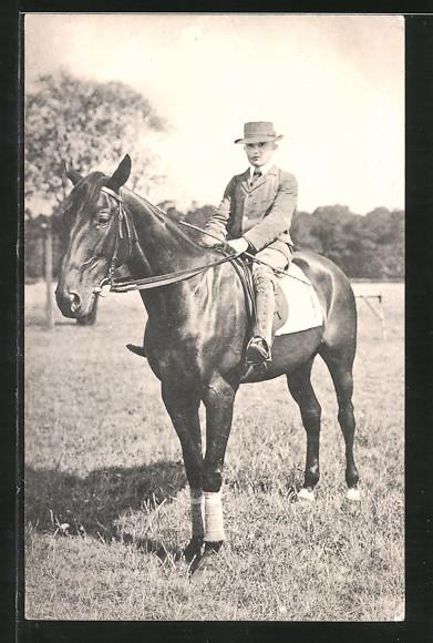 AK Reiter sitzt auf seinem Pferd