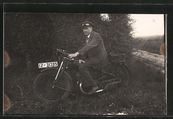 Foto-AK Motorrad DKW, Motorradfahrer sitzt auf seinem Motorrad
