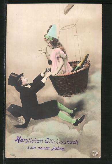 AK Neujahrsgrüsse, Junge hängt an einer Ballongondel, Mädchen zeigt ihm eine lange Nase