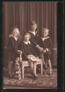 Foto-AK Kinder mit Holzspielzeug und einem Bilderbuch