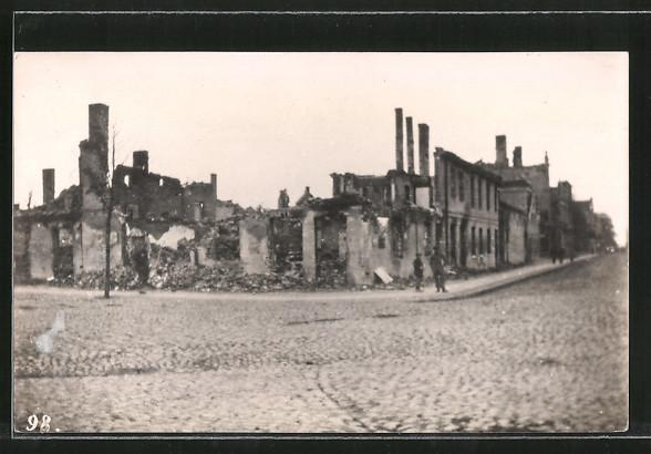AK Pillkallen, Strasse mit zerstörten Häusern