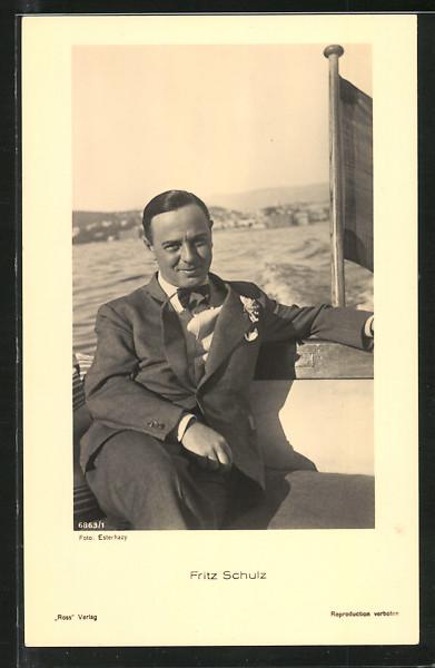 AK Schauspieler Fritz Schulz auf Motorboot sitzend porträtiert