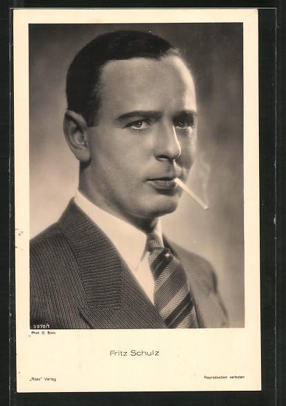 AK Schauspieler Fritz Schulz mit Zigarette im Mund posierend