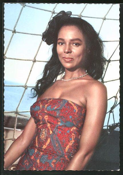 AK Schauspielerin Dorothy Dandridge auf Segelboot posierend