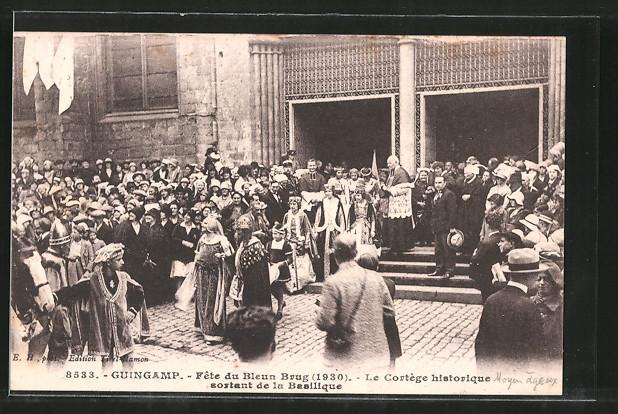 AK Guincamp, fête du bleun brug, le cortége historique sortant de la basilique