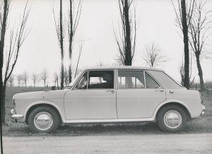 Fotografie Auto Austin 1100, PKW, Limousine steht neben einem Feldweg, Neuwagen bei Probefahrt