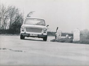 Fotografie Auto Austin 1100, PKW in Fahrt auf einer Landstrasse, Neuwagen bei Probefahrt
