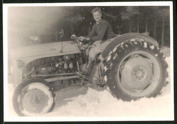 Fotografie Traktor, Schlepper, Bauer steuert Trecker durch den Schnee