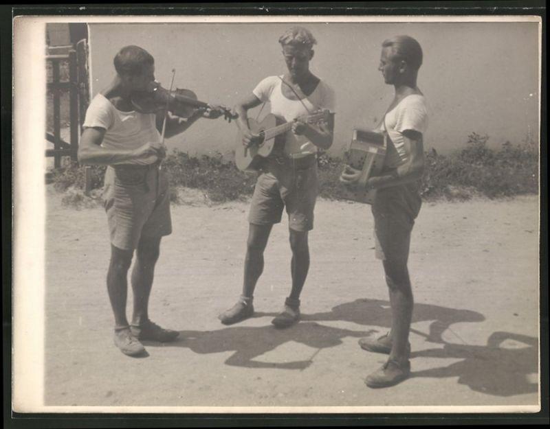 Fotografie Fotograf unbekannt, junge Wanderburschen, Musiker-Trio mit Violine, Gitarre & Akkordeon