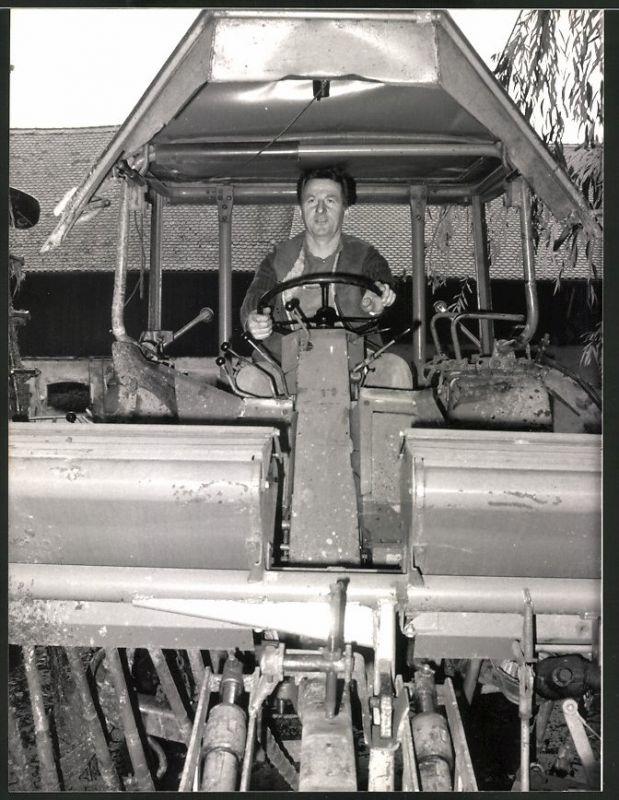 Fotografie ADAC, Ansicht Weiden, Landwirt Dostler steuert seinen Traktor, Trecker, Schlepper, ADAC-Mitglied No. 9 Mio