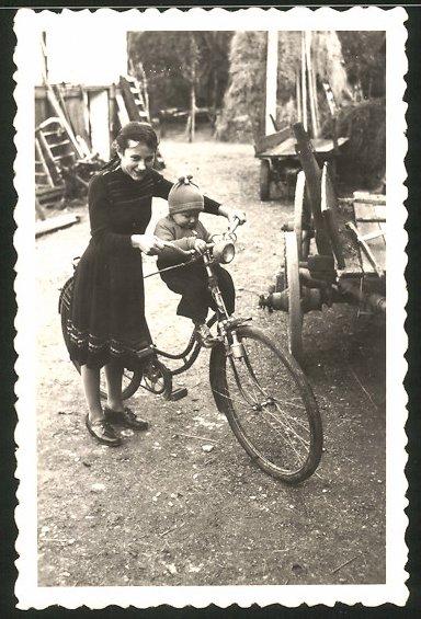 Fotografie Bauernkinder mit Fahrrad, Mädchen mit Baby & Velo auf Bauernhof