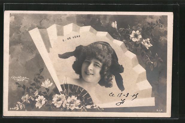 Foto-AK Atelier Reutlinger, Paris: E. De Vère, Dame mit Haube auf Fächer