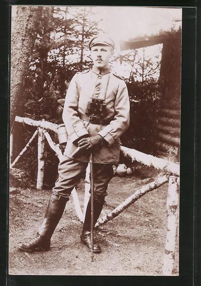Foto-AK Unteroffizier in Uniform mit Feldstecher und Tornister