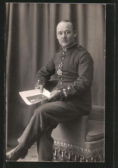 Foto-AK Unteroffizier in Uniform mit Orden Eisernes Kreuz EK I