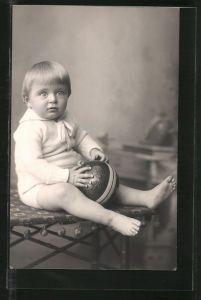 Foto-AK kleines Kind spielt mit seinem Ball, Spielzeug