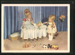 AK Käthe Kruse-Puppe mit Kind in Wiege und Puppenspielzeug