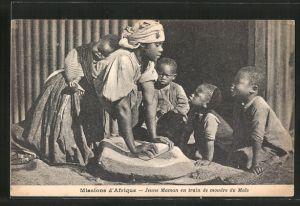 AK Missions d'Afrique, Jeune Maman en train de moudre du Mais, Mutter beim Mais mahlen