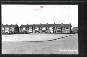 AK Hoogerheide, Ortspartie mit Platz und Häuserfront