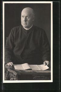 Foto-AK Geistlicher im Ornat
