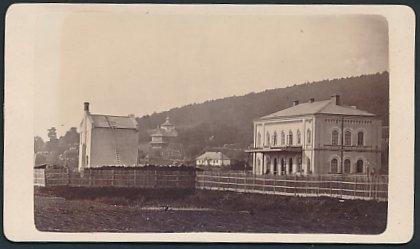 Fotografie Fotograf unbekannt, Ansicht - Ukraine, Bahnhof & Wohnhaus der Lemberg-Czernowitzer-Eisenbahn