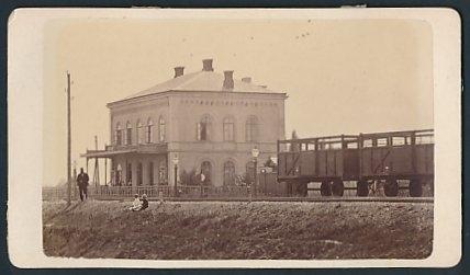 Fotografie Fotograf unbekannt, Ansicht - Ukraine, Güterwaggons & Bahnhof der Lemberg-Czernowitzer-Eisenbahn