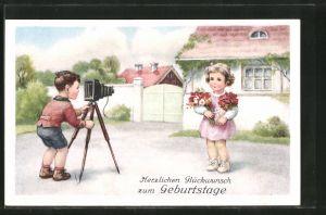 AK Knabe mit Fotoapparat fotografiert Mädchen