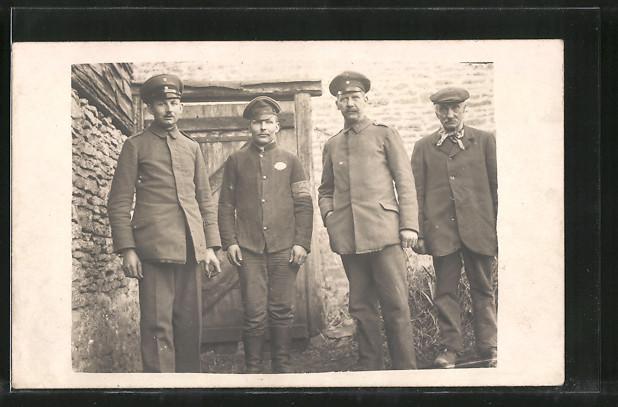 Foto-AK Kriegsgefangene Russen, POW's in Uniform