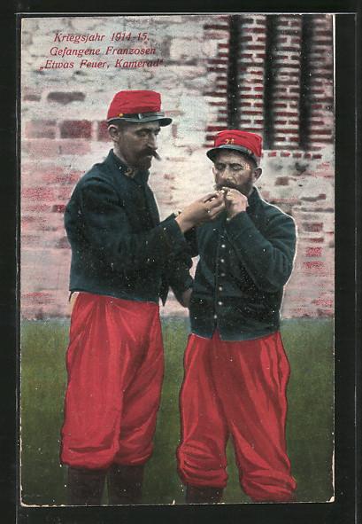 AK franz. Kriegsgefangene zünden sich eine Zigarette an