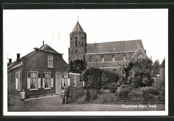 AK Poortvliet, Herv. Kerk, Strassenpartie mit Kirche