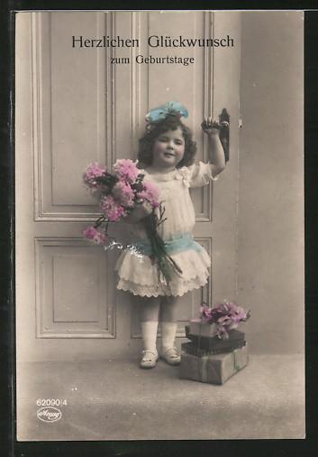 Foto-AK Amag: Kleines Mädchen mit Geschenken und Blumenstrauss